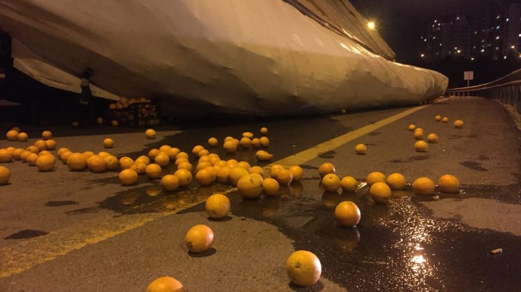 Başkent'te portakal yüklü tırın dorsesi devrildi