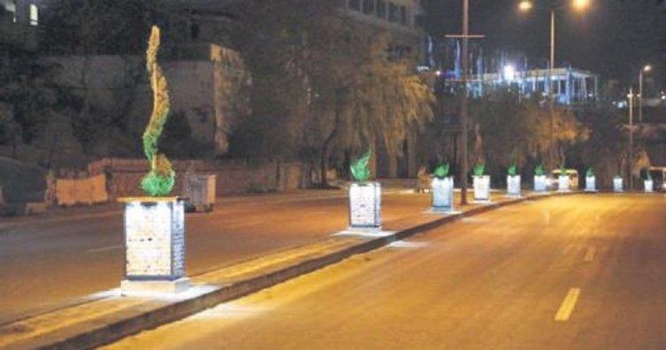 Gölbaşı caddelerine ışıklı saksı güzelliği