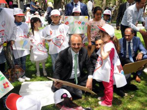 Suriyeli ve Türkmen çocuklar hayallerindeki barışı resmettiler